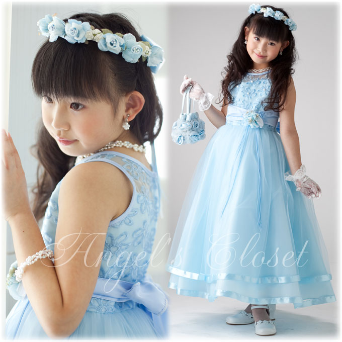 シースルーの身頃にお花の刺繍が上品にあしらわれ、チュールの重なりが軽やかなロングドレス